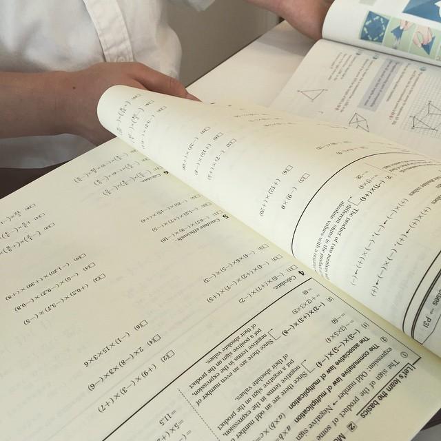 英語で数学講座の打ち合わせ中。担当はニュージーランドの高校に通っていたうちの卒業生。